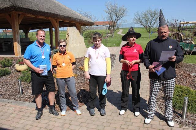 Čarující golfisté z Grosshofu vybrali přes 3000 Kč na broumovský psí útulek